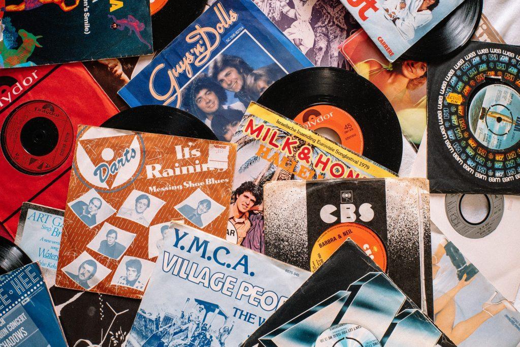 Illustration article chansons inavouables avec des vinyles de musique