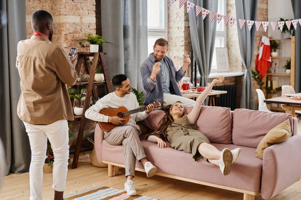 Illustration article chansons inavouables entre amis dans le salon