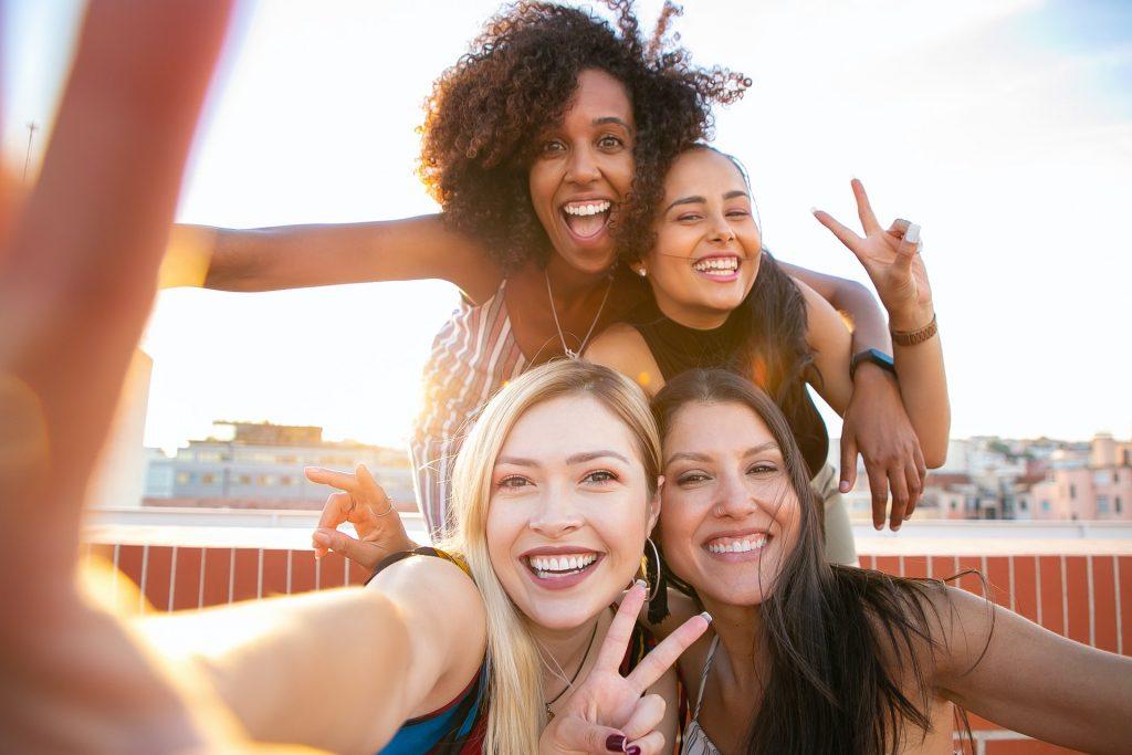 Illustration de l'article Colocation entre amis quels sont les avantages ? Section adieu tristesse bonjour joie et compagnie