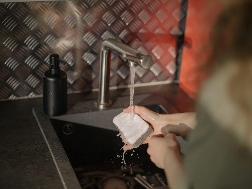 Illustration article blagues entre amis à faire en soirée blague avec le savon