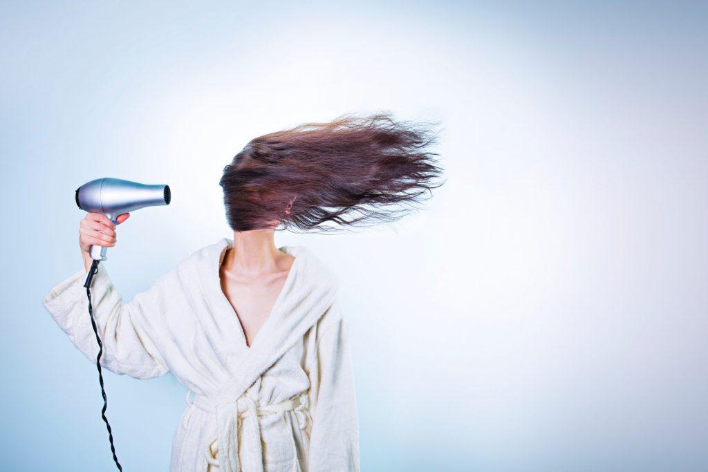 Illustration article blagues entre amis à faire en soirée blague sèche cheveux
