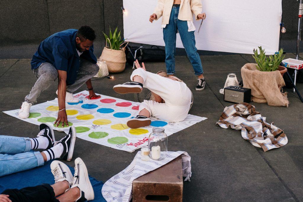 Illustration de l'article 10 activités entre amis à faire à la maison jeux de société