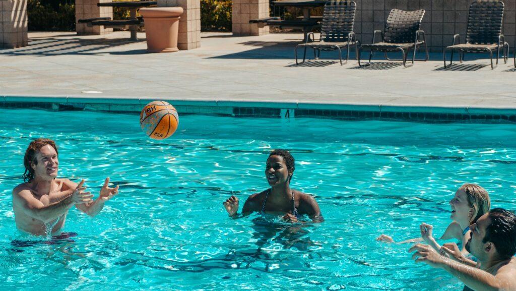 Illustration de l'article les meilleurs jeux entre amis à faire à la piscine ballon