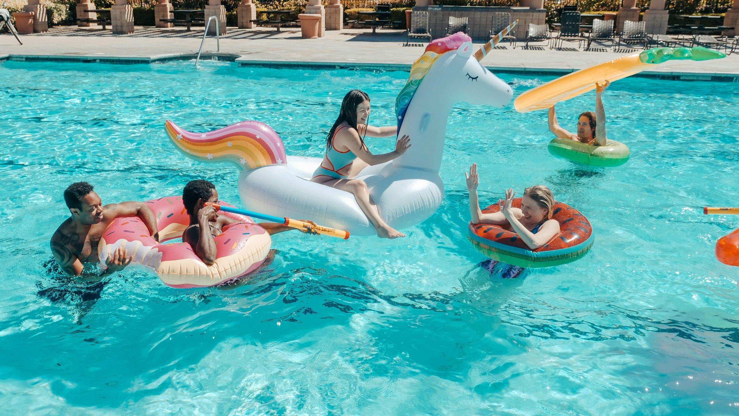 Illustration de l'article Les meilleurs jeux entre amis à faire à la piscine header